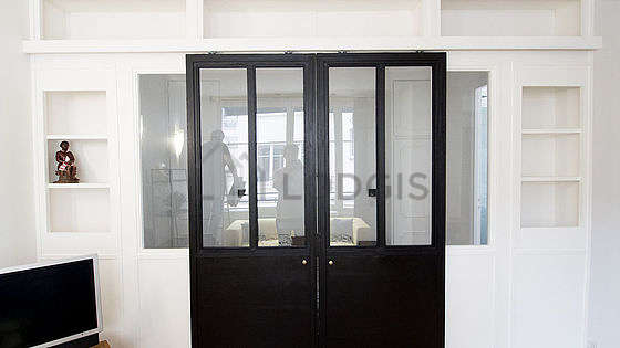 Chambre lumineuse équipée de armoire, placard