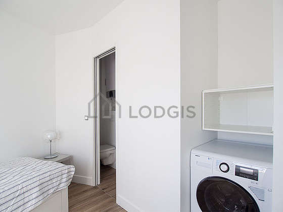 Very quiet alcove equipped with 1 bed(s) of 160cm, bedside table