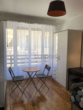 Séjour calme équipé de table à manger, armoire, commode, 2 chaise(s)