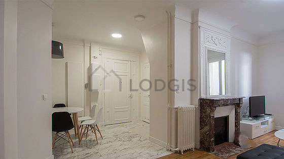 Very beautiful entrance with tile floor and equipped with 4 chair(s)