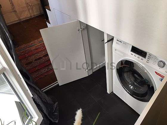 Very beautiful entrance with tilefloor and equipped with washing machine