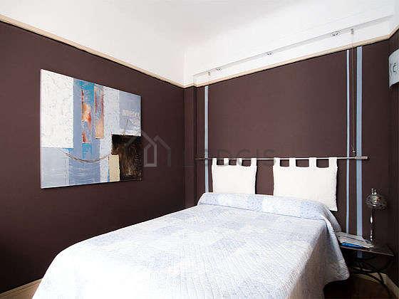 Chambre équipée de armoire, commode, 1 chaise(s)