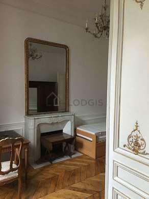 Bedroom of 17m² with woodenfloor
