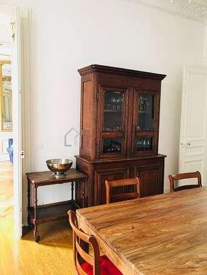 Salle à manger de 18m² équipée de table à manger, armoire