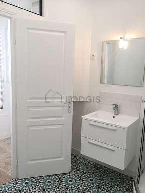 Salle de bain équipée de lave linge, sèche linge