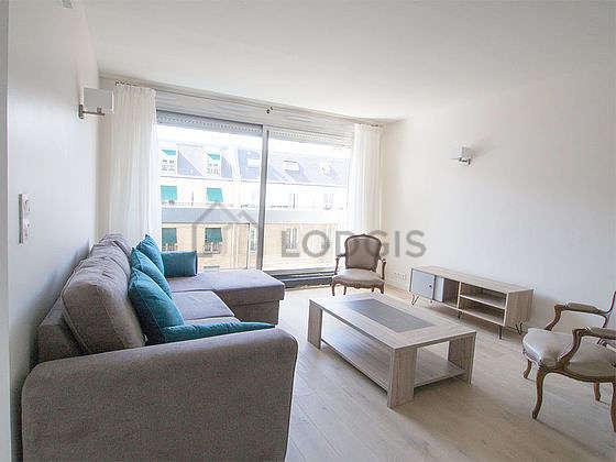 Séjour très calme équipé de 1 canapé(s) lit(s) de 160cm, télé, 2 fauteuil(s), 1 chaise(s)
