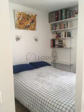 Alcove equipped with 1 bed(s) of 140cm, shelves