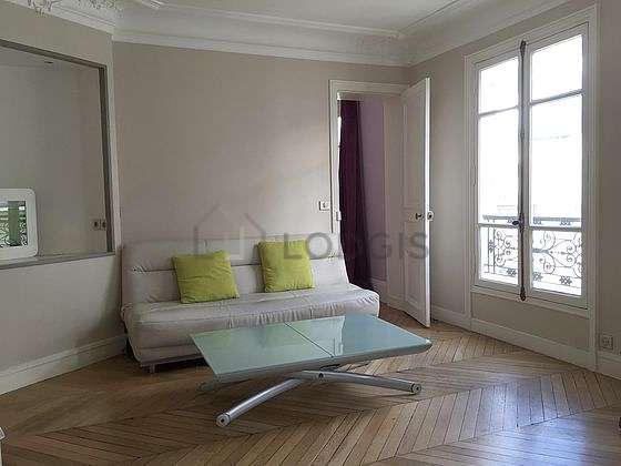 Large living room of 26m² with woodenfloor