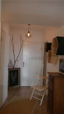Very beautiful entrance with woodenfloor and equipped with 1 chair(s)