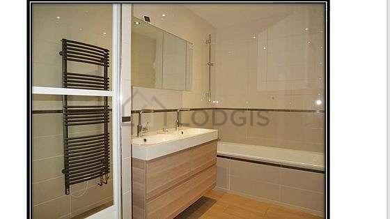 Agréable salle de bain claire avec du parquetau sol