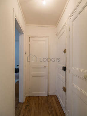 Beautiful entrance with woodenfloor and equipped with washing machine, 1 chair(s)