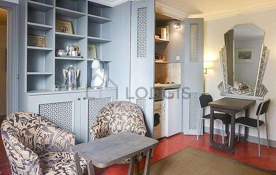 Very quiet living room furnished with storage space, 1 chair(s)