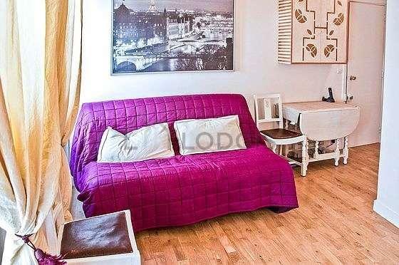 Séjour calme équipé de 1 canapé(s) lit(s) de 130cm, télé, commode, 1 chaise(s)