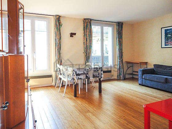 Séjour équipé de 1 canapé(s) lit(s) de 130cm, télé, commode, 1 chaise(s)