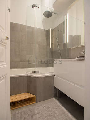 Agréable salle de bain très claire avec fenêtres et du carrelageau sol