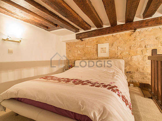 Mezzanine sous belle hauteur de plafond avec de la moquetteau sol