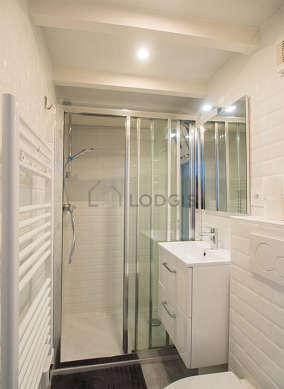 Agréable salle de bain claire avec de la pelouseau sol