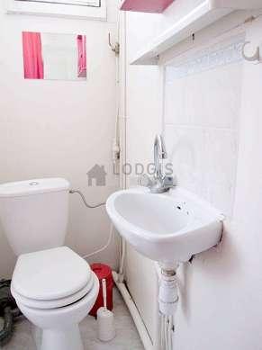 Salle de bain claire avec du carrelageau sol