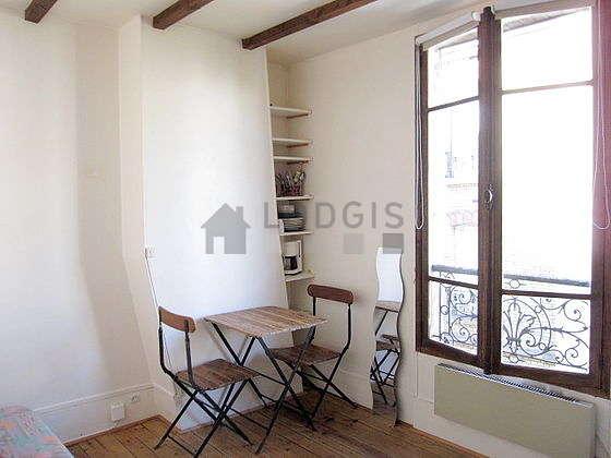 Séjour très calme équipé de 1 canapé(s) lit(s) de 140cm, table à manger, armoire, 2 chaise(s)
