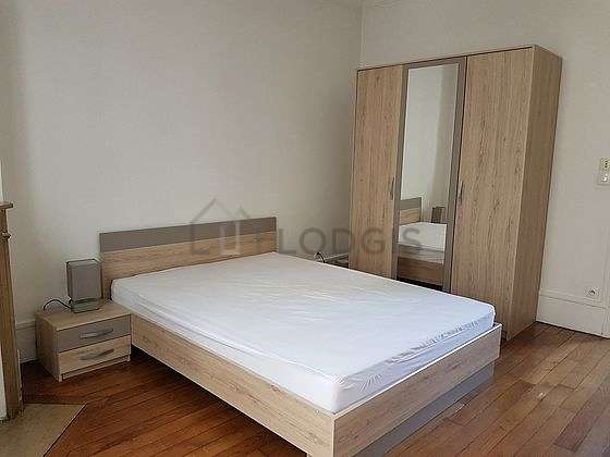 Bedroom of 14m² with woodenfloor