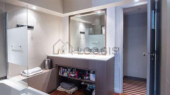 Belle salle de bain claire avec du parquetau sol