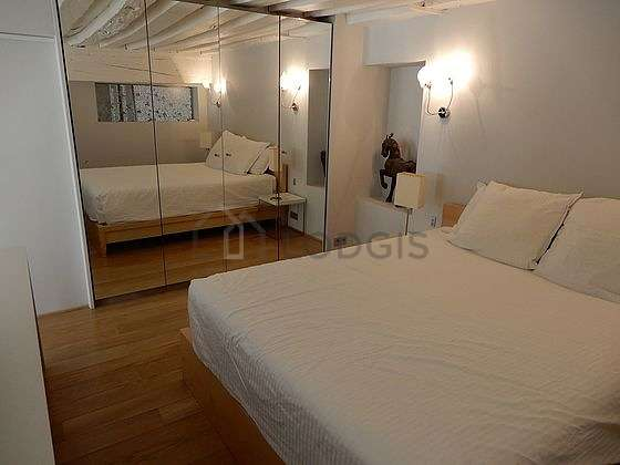 Large bedroom of 40m² with woodenfloor