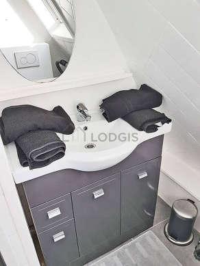 Agréable salle de bain très claire avec du carrelageau sol