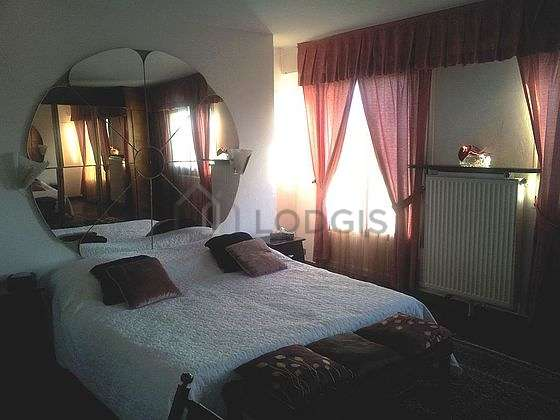 Large bedroom of 20m² with woodenfloor