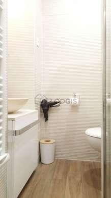 Agréable salle de bain avec du parquetau sol