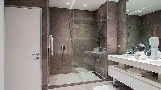 Pleasant bathroom with concretefloor