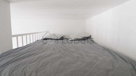 Mezzanine sous belle hauteur de plafond avec du parquetau sol