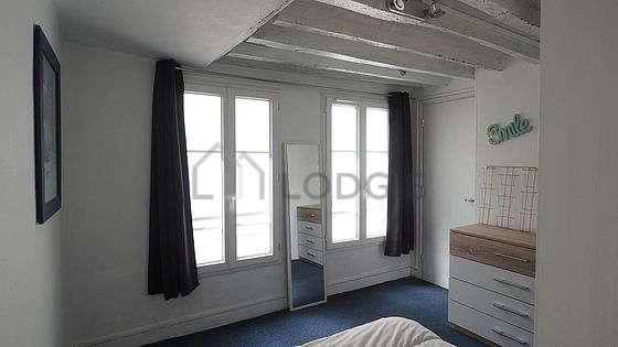 Chambre très lumineuse équipée de penderie