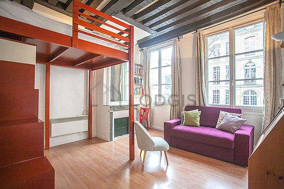 Séjour équipé de 1 lit(s) mezzanine de 140cm, télé, commode, 1 chaise(s)