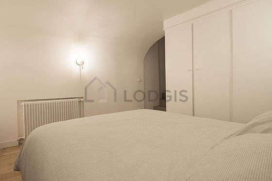 Chambre équipée de armoire, placard, table de chevet