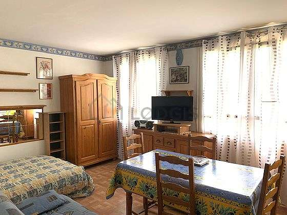 Quiet living room furnished with 1 sofabed(s) of 140cm, 1 bed(s) of 140cm, tv, closet