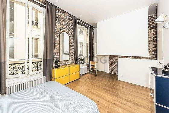 Large bedroom of 25m² with woodenfloor