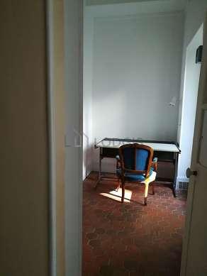Très beau bureau de 5m² avec des tomettesau sol, équipé de bureau, 1 chaise(s)