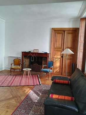 Grand salon de 27m² avec du parquetau sol