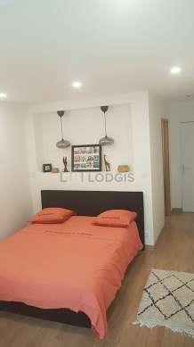 Bedroom of 13m² with woodenfloor