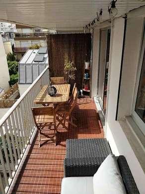 Terrasse très calme et très lumineuse avec du carrelageau sol