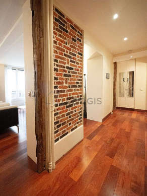 Beautiful entrance with woodenfloor and equipped with washing machine