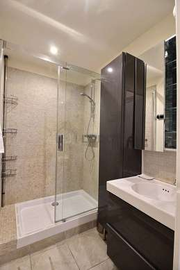 Pleasant bathroom with tilefloor