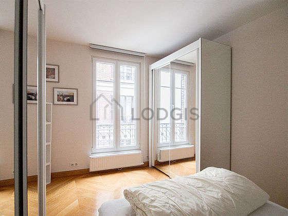 Chambre lumineuse équipée de armoire