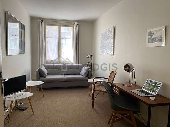 Living room with the carpetingfloor