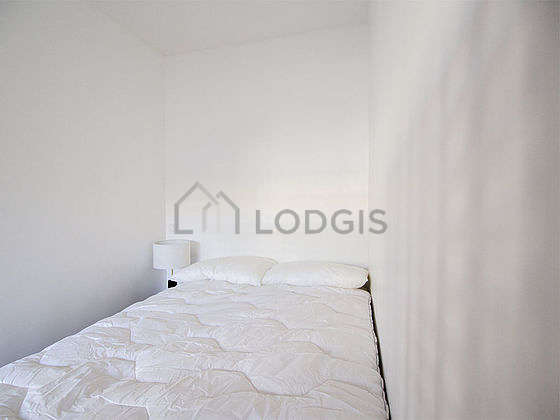 Very quiet and bright alcove equipped with 1 bed(s) of 140cm, bedside table