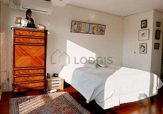 Very bright bedroom equipped with air conditioning