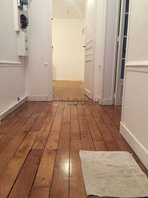 Beautiful entrance with woodenfloor