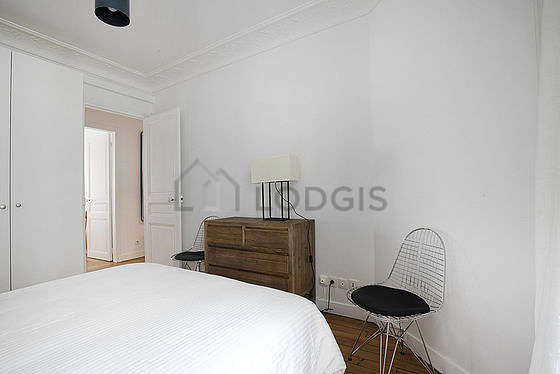 Very bright bedroom equipped with storage space, cupboard, 1 chair(s)