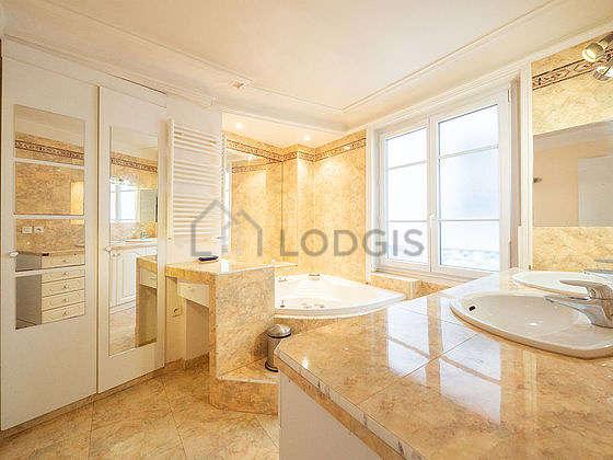 Belle salle de bain claire avec fenêtres et du carrelageau sol