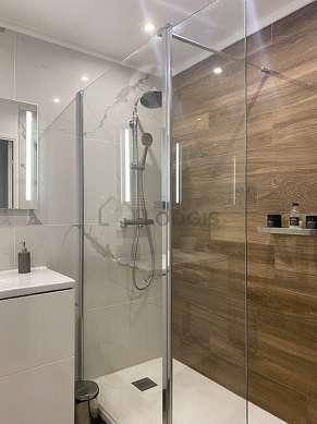 Salle de bain équipée de lave linge